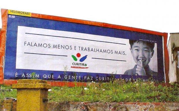Cartaz colocado nas ruas na gestão de Taniguchi: propaganda não tinha cunho informativo. Foto da Gazeta do Povo