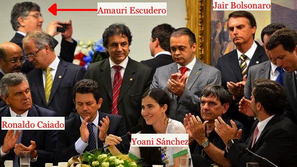 Ronaldo Caiado, Jair Bolsonaro, o secretário de Beto Richa, Amauri Escudero (tirando foto) e a blogueira cubana mercenária Yoani Sánchez no Congresso Nacional