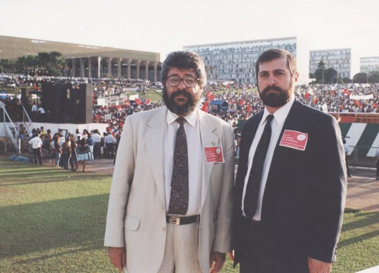 Sim, o da direita é o Ministro das Comunicações, Paulo Bernardo. Do lado esquerdo o advogado e ex-deputado federal, Edésio Passos