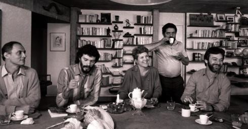 Em 1985, Sócrates posa ao lado de Eduardo Suplicy, Marta Suplicy e Adílson Monteiro Alves na casa do então candidato a prefeito de São Paulo Luis Inácio Lula da Silva Mário Leite/Folhapress