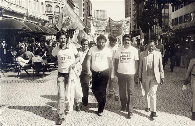 Vitório Sorotiuk, o falecido Pedro Chaves (de chapéu), Lula, Ivo Pugnaloni, Edésio Passos, Jairo Graminho e Manoel Izaías de Santana, também falecido, na caminhada pela Boca Maldita em 1982.
