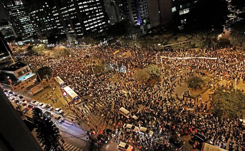 Manifestações em São Paulo, que acabaram no Palácio do Governo Geraldo Alckmin (PSDB). Foto da Folha de S. Paulo