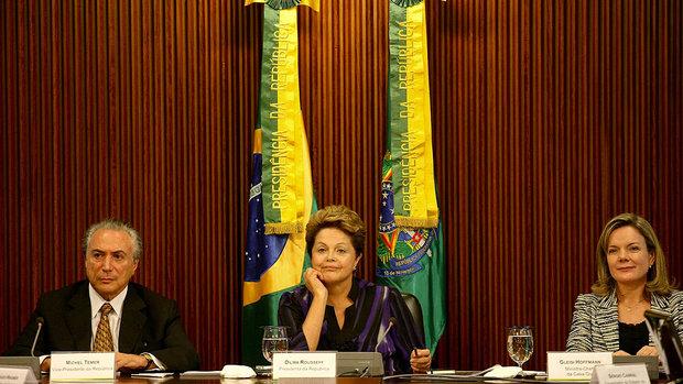 O vice-presidente Michel Temer (PMDB), que é constitucionalista, a p[residenta Dilma Rousseff (PT) e a Ministra da Casa Civil Gleisi Hoffmann (PT)