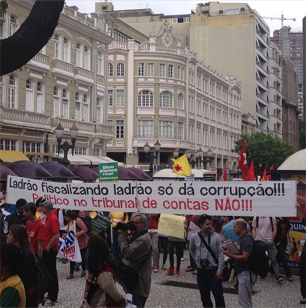 Manifestação dos movimentos sociais ontem em Curitiba. Foto de Tarso Cabral Violin