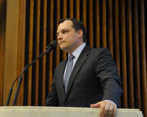 Tarso Cabral Violin discursa na Assembleia Legislativa do Paraná, pedindo votos aos deputados estaduais, em 09.07.2013. Foto de Sandro Nascimento / Alep
