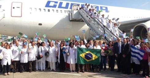 24ag02013---medicos-cubanos-chegam-ao-brasil-para-participar-do-programa-mais-medicos-segundo-o-ministerio-da-saude-206-profissionais-fizeram-escala-em-recife-na-tarde-deste-sabado-e-devem-desembarcar-1377371890420_956x500