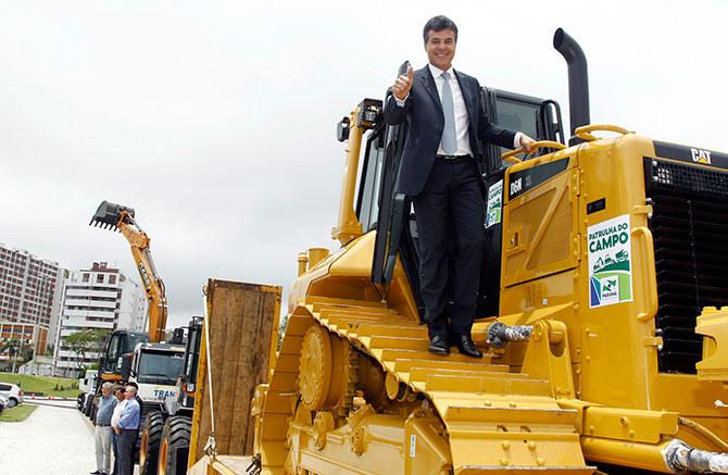 Beto Richa trator escavadeira