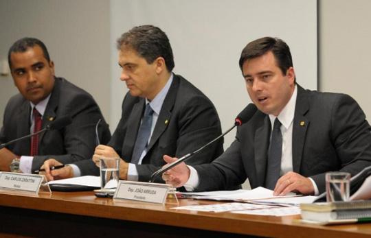 O deputado federal João Arruda (PMDB), a direita, presidiu a comissão da lei anticorrupção.