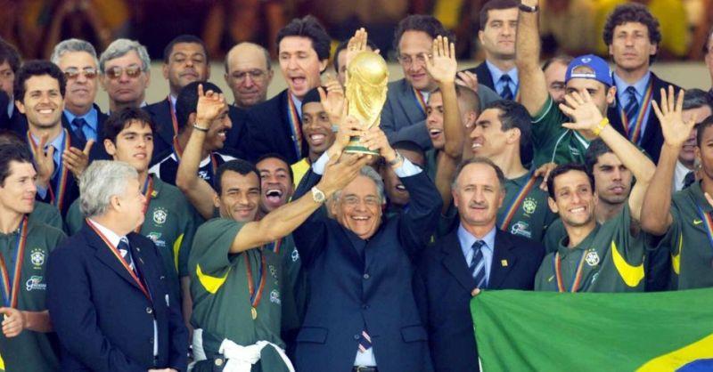 FHC com a seleção brasileira campeã do mundo em 2002. Ele nunca conseguiu trazer o evento para o Brasil