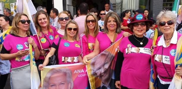 """Vestindo rosa, mulheres no RS defendem Aécio e a família e pedem: """"fora PT""""  Mulheres do grupo """"Família Esperança"""" apoiam Aécio Neves (PSDB) e Ana Amélia (PP-RS) e querem """"Fora PT!"""" Vinícius Segalla/UOL"""