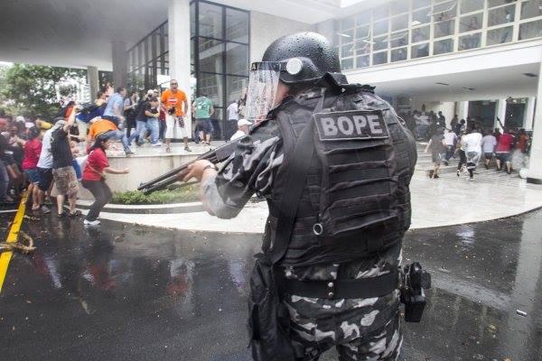 Foto repressão greve servidores PR 12022014 maior