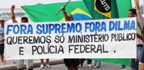15mar2015---manifestantes-pedem-o-fim-do-stf-supremo-tribunal-federal-em-ato-contra-o-governo-na-praia-de-copacabana-no-rio-de-janeiro-diversas-cidades-do-pais-recebem-neste-domingo-15-1426422212752_615x300