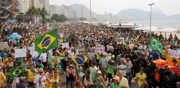 15mar2015---manifestantes-se-reunem-na-na-praia-de-copacabana-no-rio-de-janeiro-onde-acontece-o-protesto-de-15-de-marco-diversas-cidades-do-pais-recebem-neste-domingo-15-manifestacoes-organizadas-1426424685014_615x300