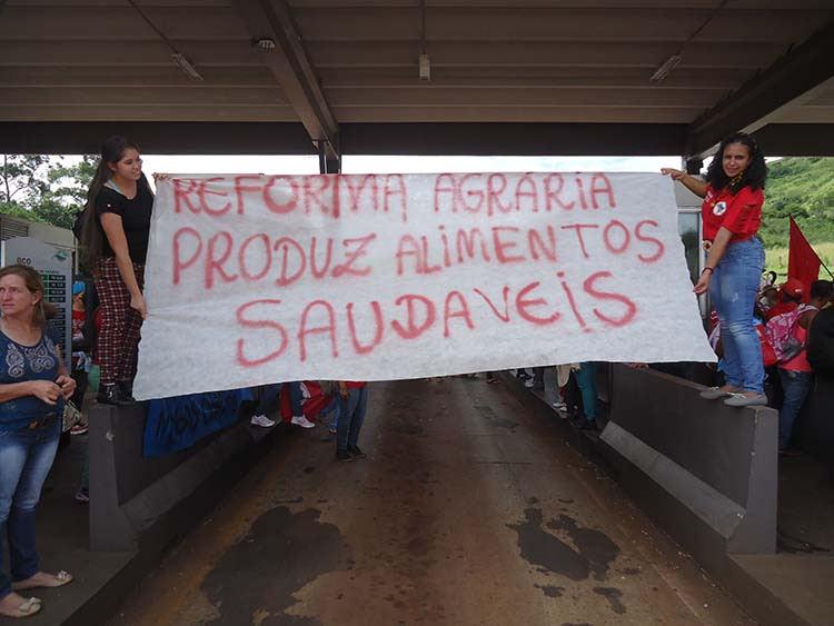 No Paraná, trancamento de rodovias, ocupação de prefeitura e mobilização em favor da educação.