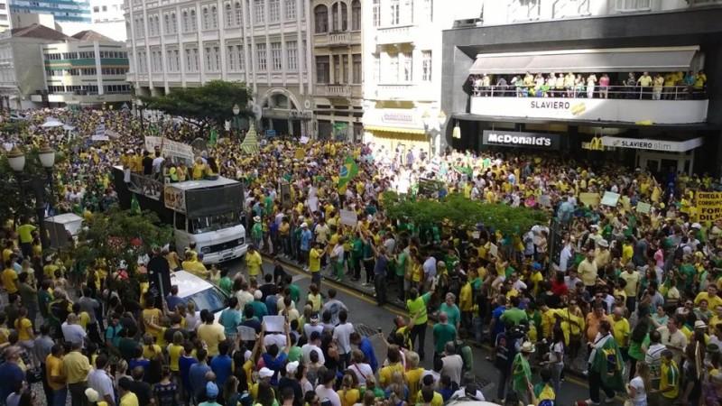 Manifestação contra Dilma no Centro de Curitiba - Aniele Nascimento (1)-U10400388498R0H-U10722107472FdF-1024x576@GP-Web-Capa