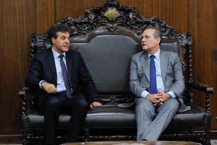 Pauta: presidente do Senado, Renan Calheiros (PMDB-AL) (D) recebe o governador do Paraná, Beto Richa (E).