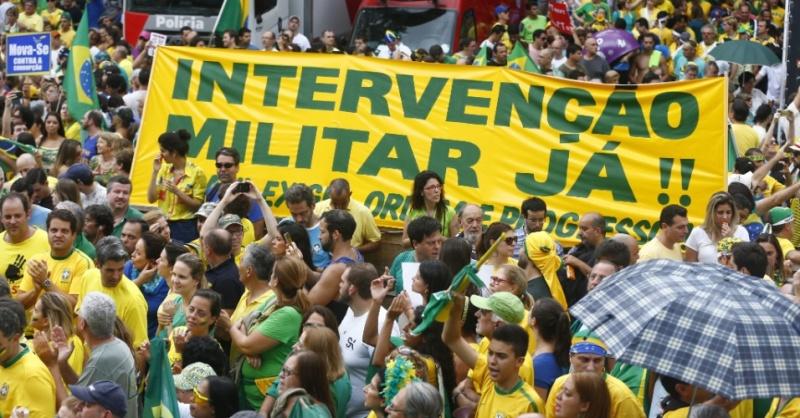 15mar2015---manifestantes-erguem-faixa-que-pede-intervencao-militar-durante-protesto-contra-o-governo-da-presidente-dilma-rousseff-na-avenida-paulista-centro-de-sao-paulo-neste-domingo-15-em-1426449068929_956x500