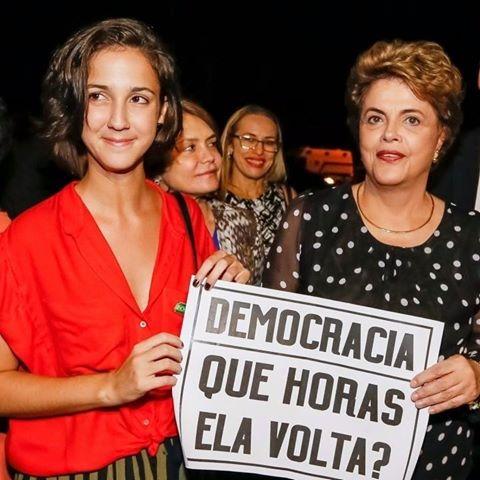 """A personagem Jéssica, do filme """"Que horas ela volta?"""", mostra o que queremos de todas as Jéssicas: uma postura, diante da vida, de autoestima, de força, pela certeza da capacidade de conquistar, afirmou Dilma. A presidenta se encontrou hoje (30), na UnB, com a atriz Camila Márdila, que representou os milhões de jovens que entraram numa faculdade nos últimos anos - muitos com a ajuda das políticas públicas implementadas pelos governos Lula e Dilma"""