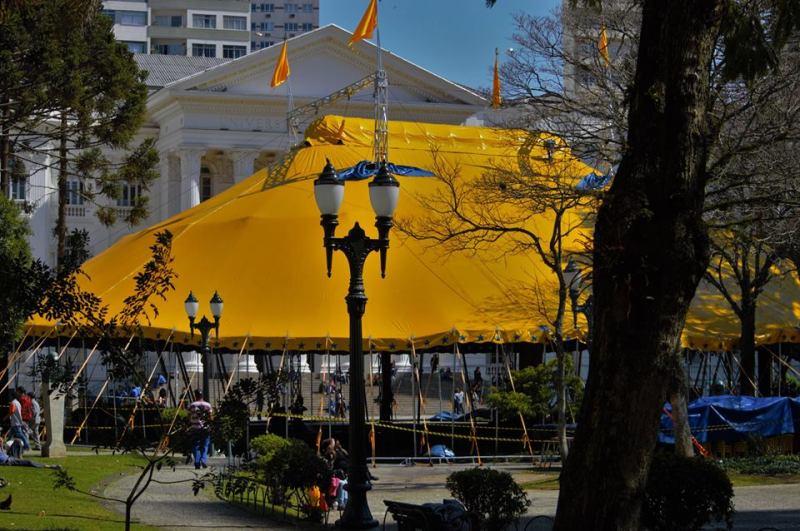 Uma tenda de circo real está sendo montada na frente do prédio histórico da UFPR na praça Santos Andrade de Curitiba. Foto de Fotos: Bruna Baldi na Mídia Ninja