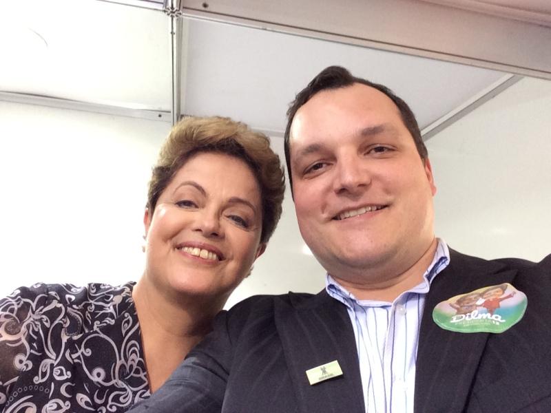 Dilma hoje entra para a história junto com Getulio Vargas e Jango, assim como os golpistas representantes das elites econômicas e midiáticas. Toda a minha solidariedade a uma mulher honesta, que não cometeu crime, que foi apeada do poder por ratos corruptos, que mudaram a presidência de forma indireta para que tudo continue como está. Continuarei em defesa da Democracia, da Justiça Social e da redução das desigualdades, contra o neoliberalismo fascista e entreguista. Eles passarão, eu passarinho! (foto de outubro de 2014, quando entregamos o manifesto nacional dos juristas em apoio a Dilma no segundo turno das eleições, na periferia de São Paulo, quando não tínhamos dúvida entre ela e o candidato do neoliberalismo)